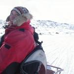 Anick-Marie en motoneige au Nunavut